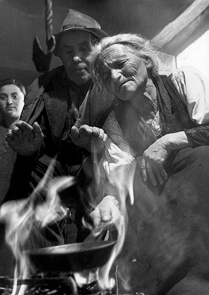 Montemurro. Divination in molten tin, 1952